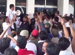 Buruh PT Indonesia Miki Industries memprotes pemecatan sepihak yang dilakukan oleh perusahaan kepada tiga kawan mereka. Kredit: Cakra Semarang TV.