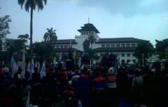 Buruh Jawa Barat Tuntut Naikan Upah di Kantor Gubernur