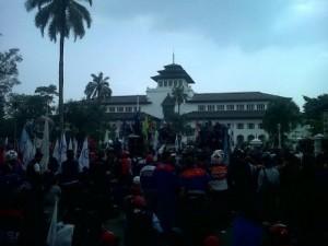 buruh demo di gedung sate