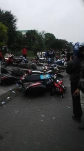 Puluhan motor buruh dirusak oleh aparat polisi.  © Dwi Heryanto.