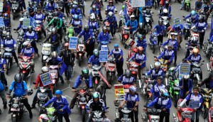 buruh dorong motor protes kenaikan bbm