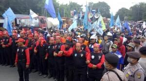 demo buruh di tol bitung