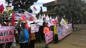 Buruh dan Petani Aksi Pra May Day di Mabes Polri