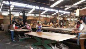 Demo Tuntut Pengurangan Jam Kerja, Buruh PT Moroco Baca Surat Yasin