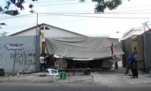 Buruh Sukoharjo Bertahan Tuntut Gaji Meski Tenda Dibongkar Polisi