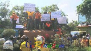 Tuntut Pembayaran 2 Bulan Gaji, Buruh Kebersihan Bawa 2 Truk Sampah