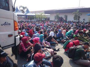 Ratusan Buruh Pabrik Es Krim AICE Mogok Kerja