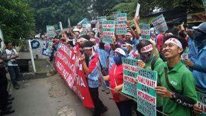 """Buruh """"FamilyMart"""" Laporkan Bank Mandiri ke Ombudsman"""