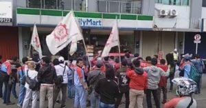 Protes PHK, Buruh Demo FamilyMart Tebet