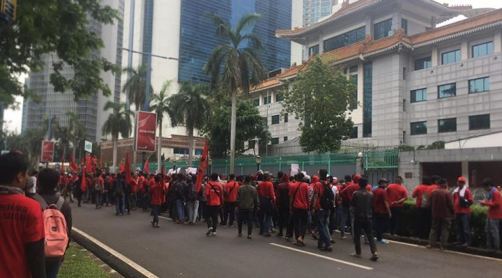 demo buruh di kedubes china