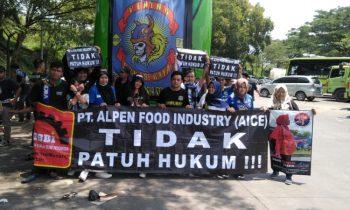 Spanduk Solidaritas untuk Buruh AICE di Laga Persib vs PSS Sleman